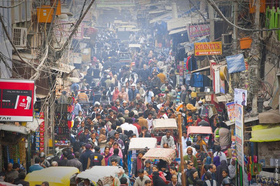 Старый Дели. Это место называется Мэйн Базар. Плотность населения здесь одна из самых высоких в...