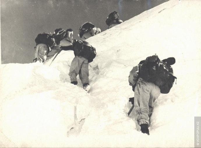 Утром 23 августа 1955 года метель, бушевавшая на пике Победы (высшей точки Тянь-Шаня высотой 7439...