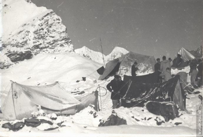 Лагерь около озера Мерцбахера. 3304 м. 1955 год.  В сердце стихии  19 августа  В тот год было много...