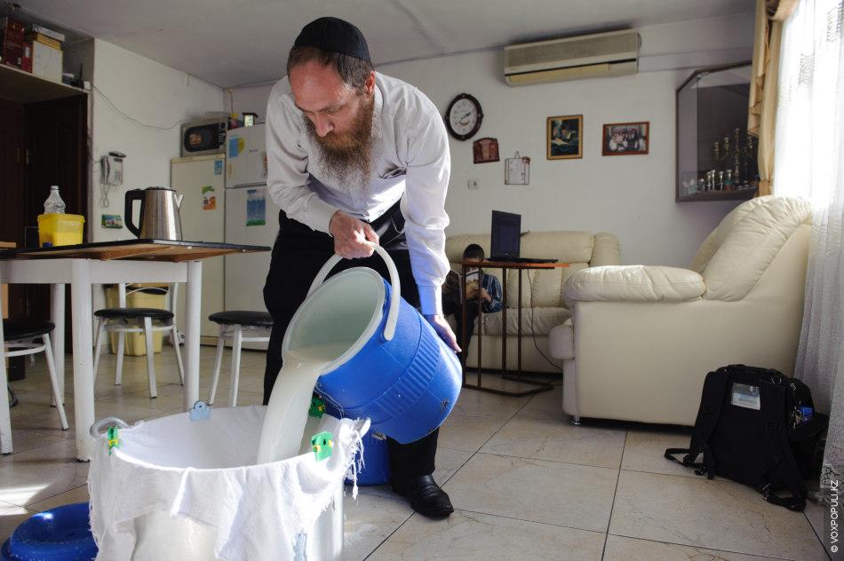 Молоко тоже должно быть кошерное, от здоровой коровы. Для своей общины раввин закупает 150 литров...