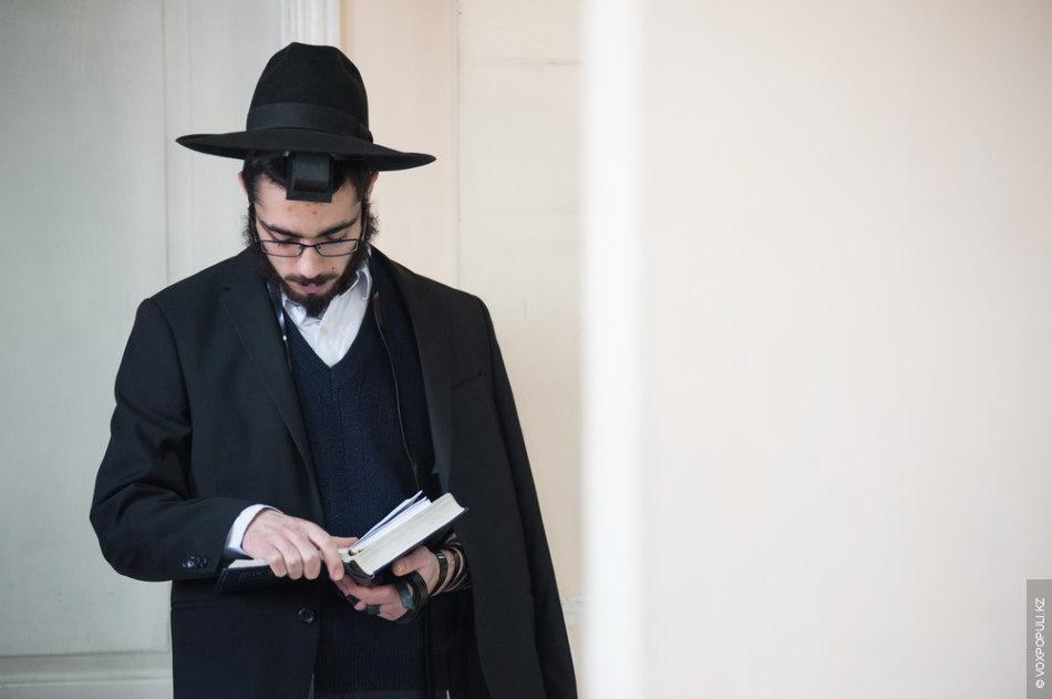 После ужина Эльханан идет на вечернюю молитву – маарив