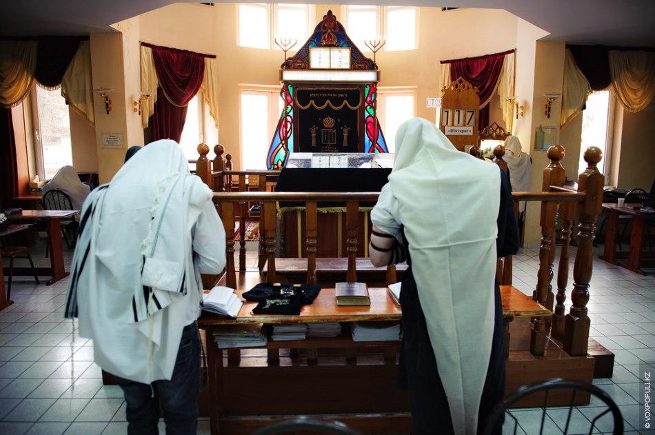 День раввина начинается с утренней молитвы – шахарит. Первая часть молитвы посвящена благодарению. Раввин благодарит...