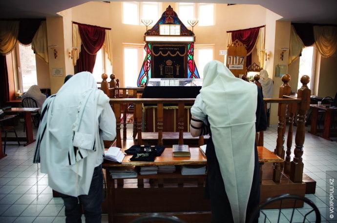 День раввина начинается с утренней молитвы – минха. Первая часть молитвы посвящена благодарению. Раввин благодарит...