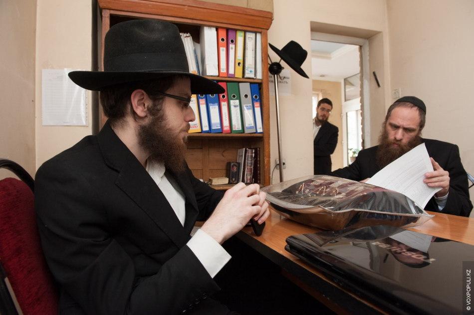 Основная работа раввина – находиться в синагоге и помогать людям из общины. Раввин – это...