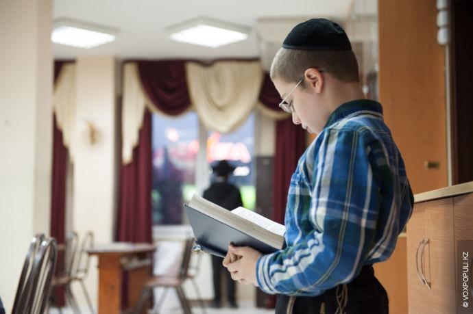 Присутствовать на молитве могут мальчики старше 13 лет.
