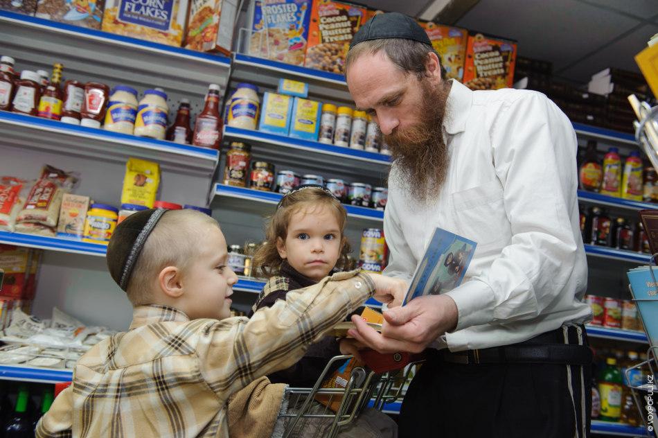 После обеда раввин отправляется в магазин со своей семьей.  – Не все продукты могут быть кошерными...
