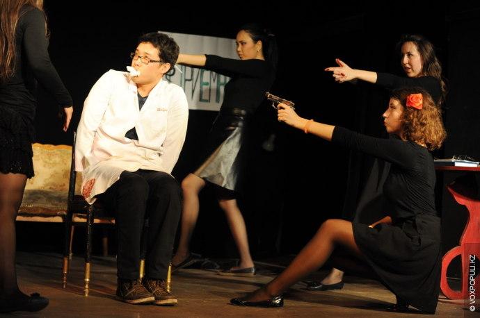 Театр. Спектакль. Занавес.  Действие первое. На сцене - актеры, правда, временные. Это играют студенты...