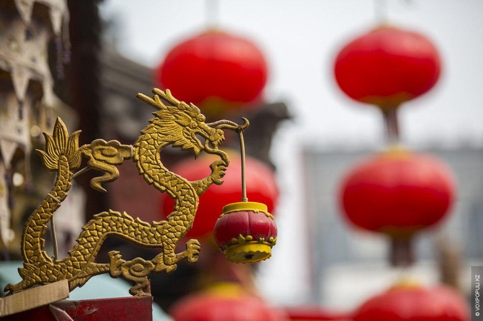 Китайский символизм. Драконы и красные фонарики встречаются по всему периметру