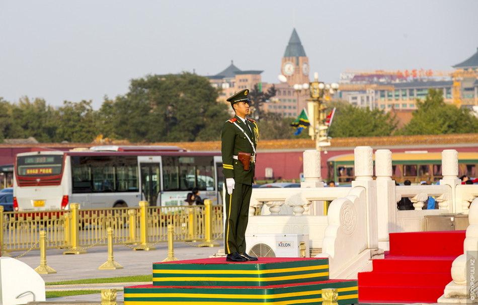 Пекинский военный несет караул на площади Тяньаньмэнь