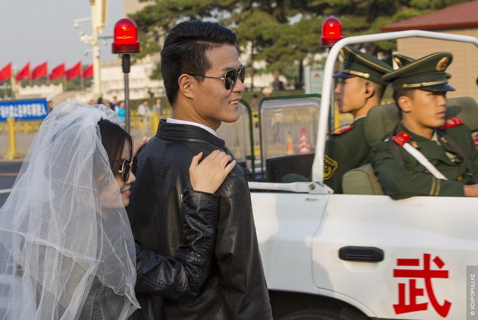 Как и в Казахстане, некоторые пекинские молодожены отклоняются от традиционного свадебного дресс-кода