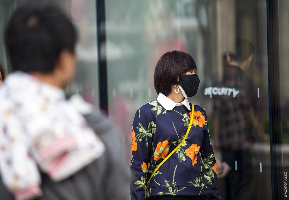 Большинство жителей носят специальные маски