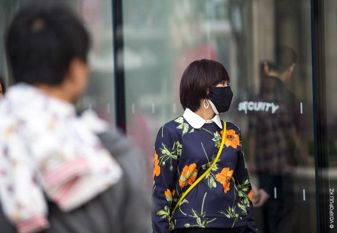 Большинство жителей носят специальные маски.
