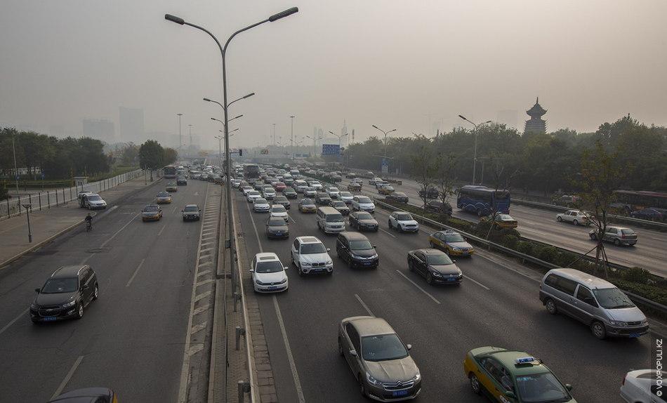 Первой гостей встречает одна из центральных улиц Пекина, так похожая на алматинский проспект Аль-Фараби