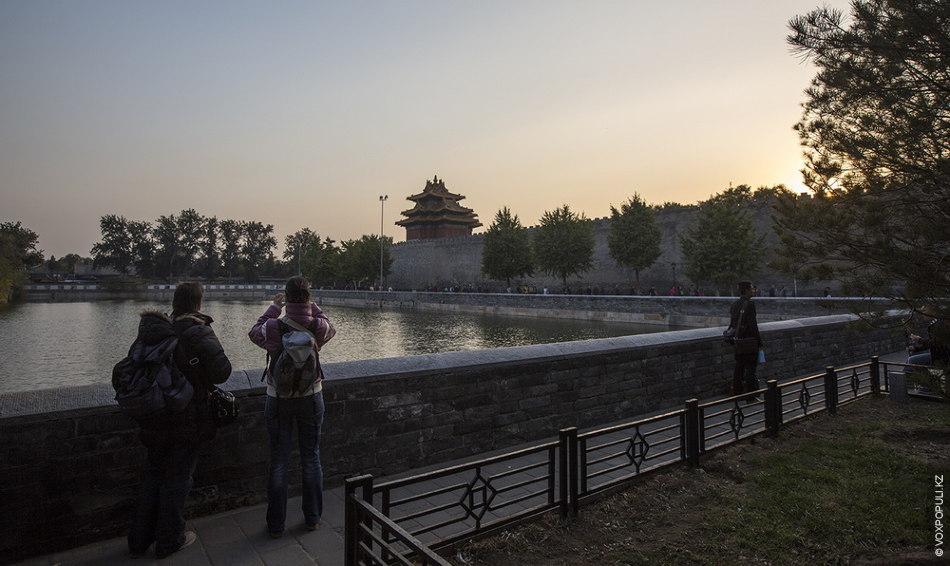 К западу от него расположен парк Бэйхай, а к югу – Запретный город (дворец императоров...