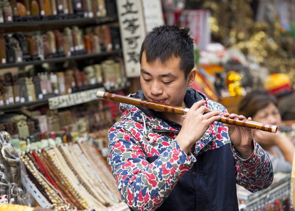 Здесь же можно найти национальные музыкальные инструменты