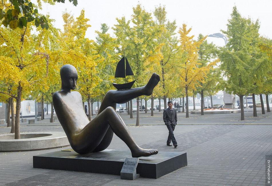 В городе можно встретить весьма странные скульптуры