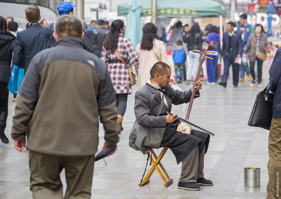 Благополучие и бедность на одной улице. Попрошайки в Пекине зарабатывают на хлеб собственным талантом