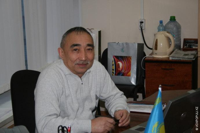 Юрий Александрович познакомил нас со своим коллегой, работающим на станции с 1978 года. Это **Караменде...
