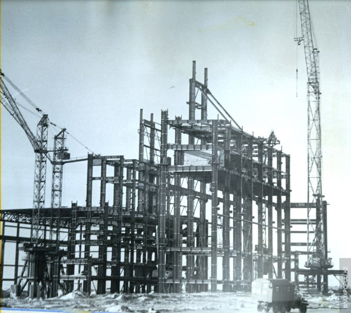 Строительство основного зала.  Электростанция расположена на северном берегу озера Женгельды, в 16 км севернее г. Экибастуза...