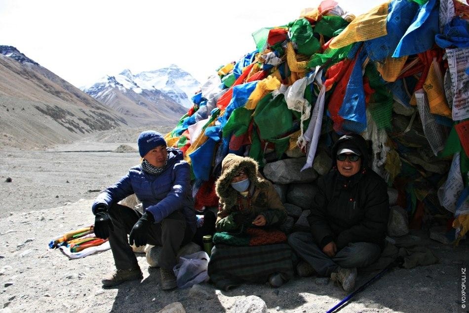 На холме сразу за базовым лагерем Эвереста мы встретили местную женщину, которая, несмотря на сильные...