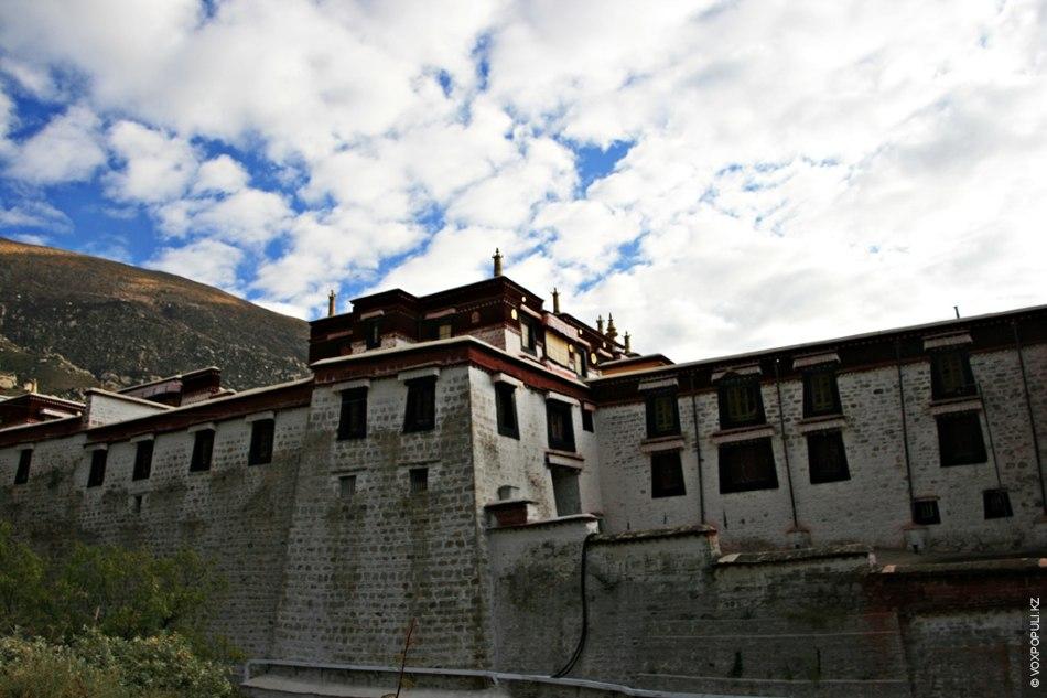 Монастырь Дрепунг, который находится на склоне горы в окрестностях Лхасы, был основан в 1416 году...