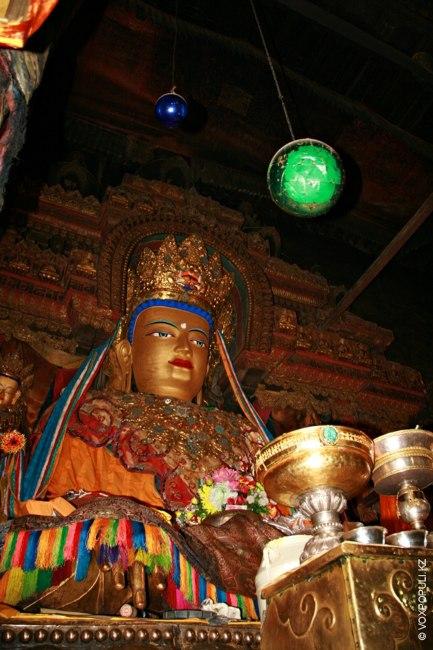 В монастыре Пелкор Чоде, как и в других тибетских монастырях, стоит статуя Будды Майтрейи –...