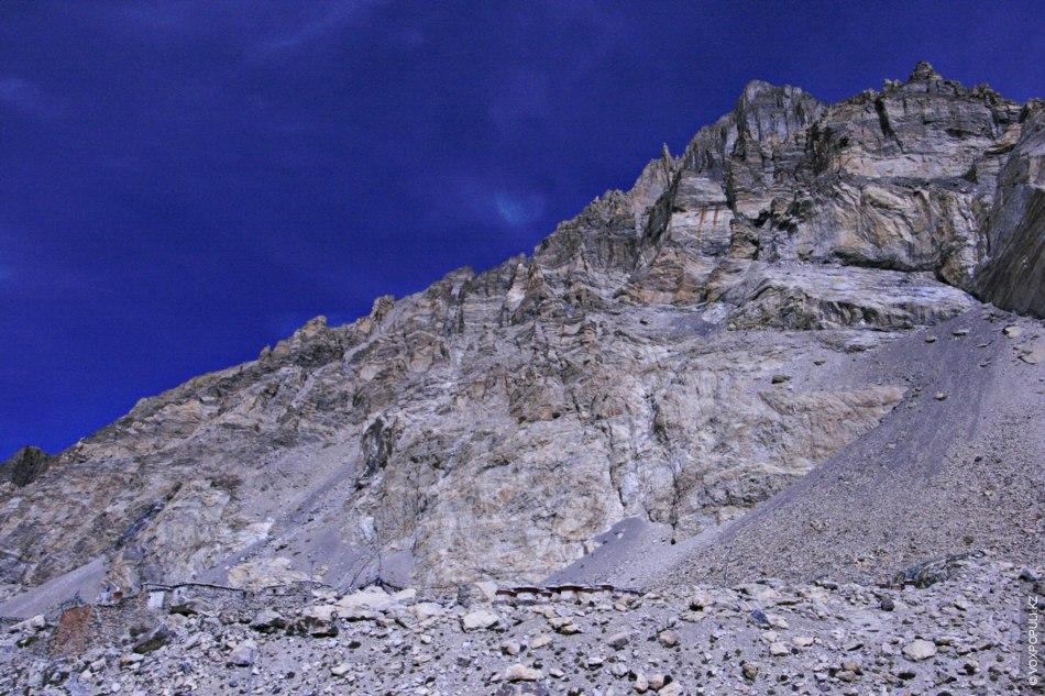 В древности с северной стороны подножия Чомолунгмы жили монахини-отшельницы. На горных склонах до сих пор...