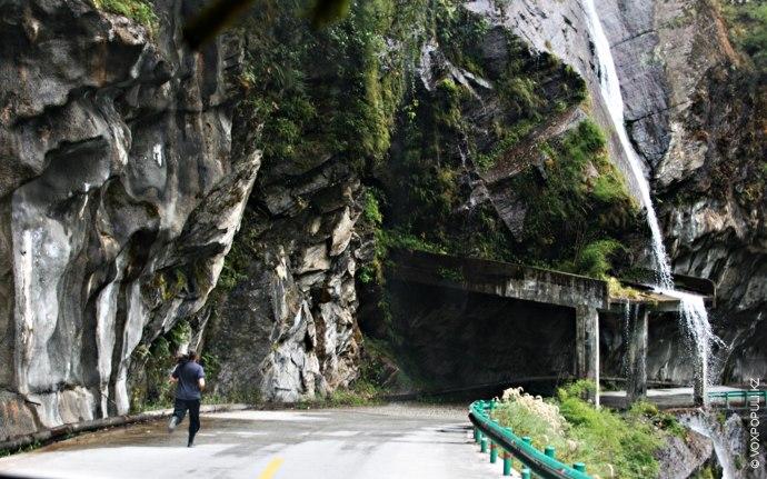 На многих участках китайские власти установили временной лимит, и некоторые отрезки дороги можно преодолевать только...