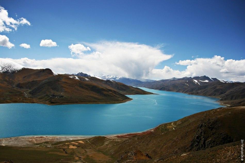 По дороге в Лхасу взгляду путешественника открывается расположенное на высоте около 4500 м священное озеро...