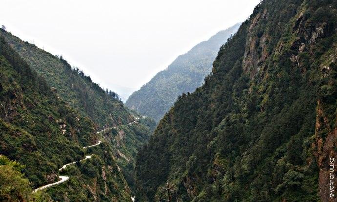 Есть два основных пути, ведущих в настоящее время в Тибет:  через материковую часть Китая...