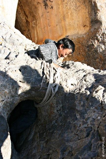 Можно попробовать пролезть через довольно узкую расщелину, которая, согласно старинным легендам, наделена мистическими свойствами кармического...