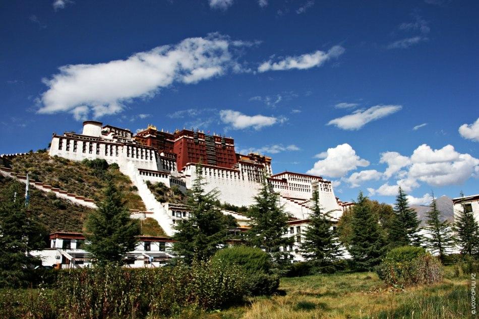 Дворец  Потала – грандиозное строение на высоком холме, возвышающееся посреди Лхасы. Начиная с VII...