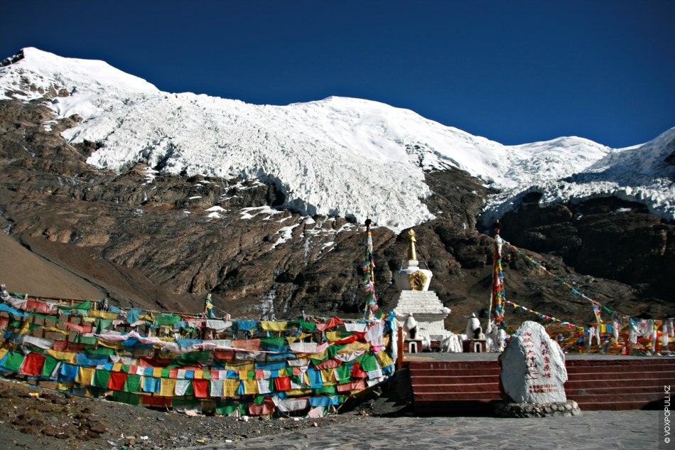 Над следующим горным перевалом, высота которого более 5050 м, нависает массивный ледник Карола высотой 5560...