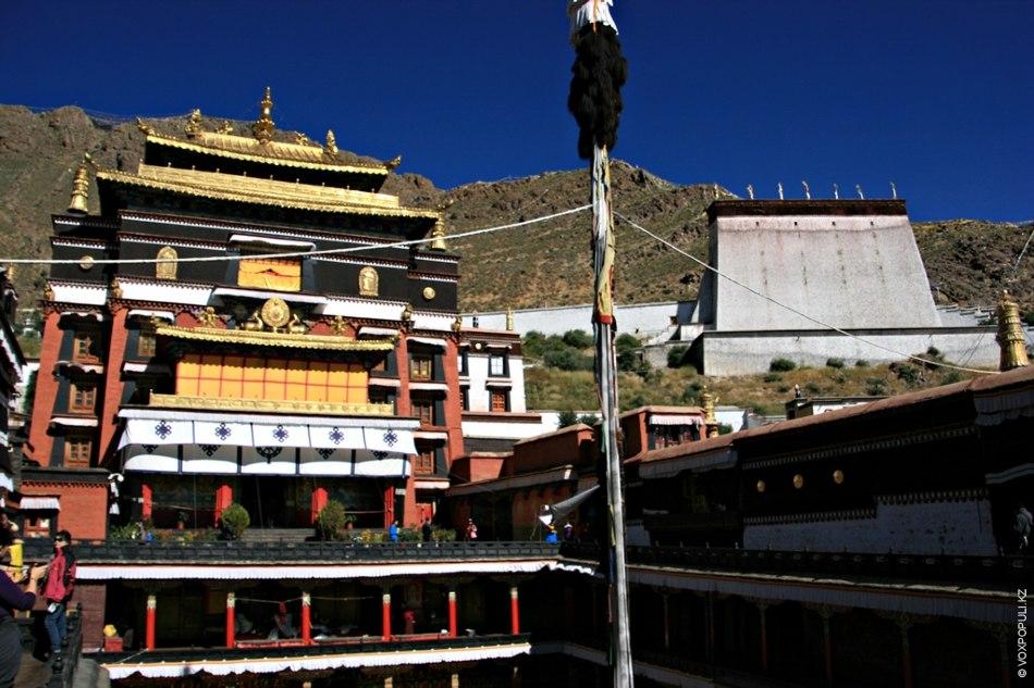 Центральный монастырь  в Шигадзе – Ташилунпо,  основанный в 1447 году первым Далай-ламой, в...
