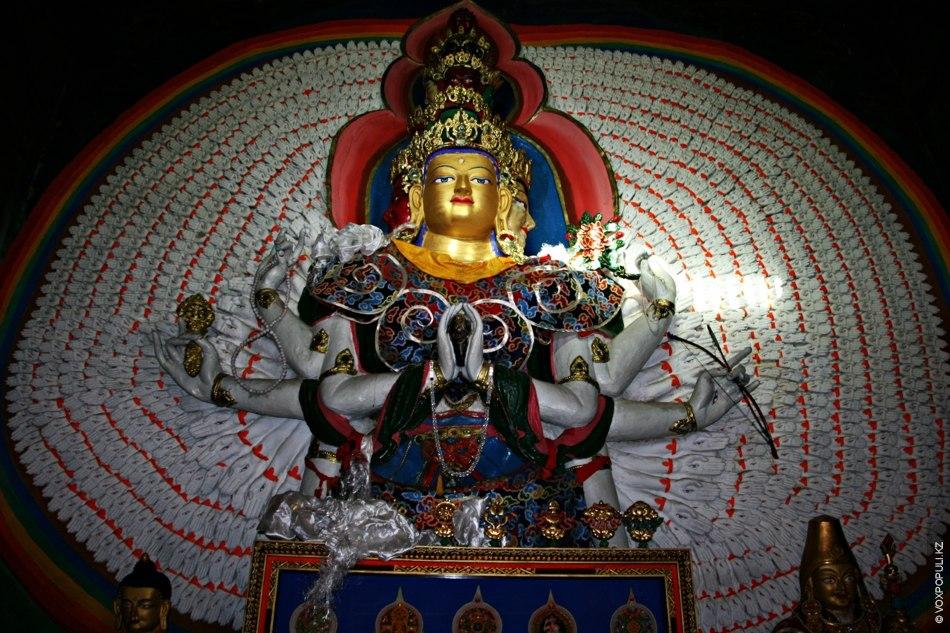 Во всех тибетских монастырях также есть изображение Авалокитешвары – бодхисаттвы, который представляет собой воплощение бесконечного...