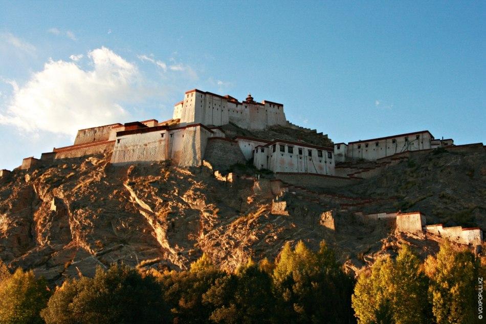 Крепость  в Гьянтзе была построена в XIV веке и на протяжении столетий повидала немало...