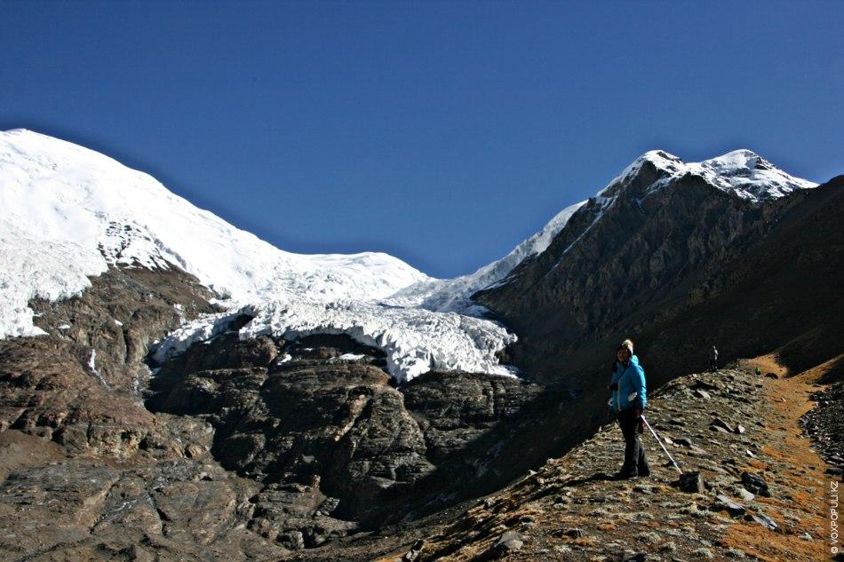 Ледник так и манит проезжающих мимо путешественников выбраться из машины и пойти навстречу высоте и...