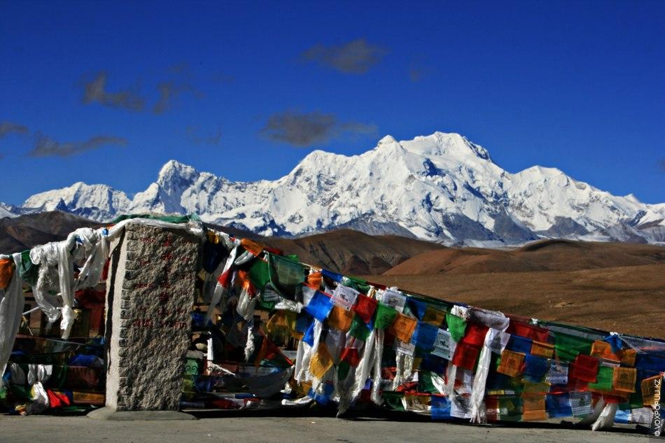 Туристы, путешествующие со стороны Непала, проходят через горный перевал Нилаям Тонг Ла (5126 м), откуда...