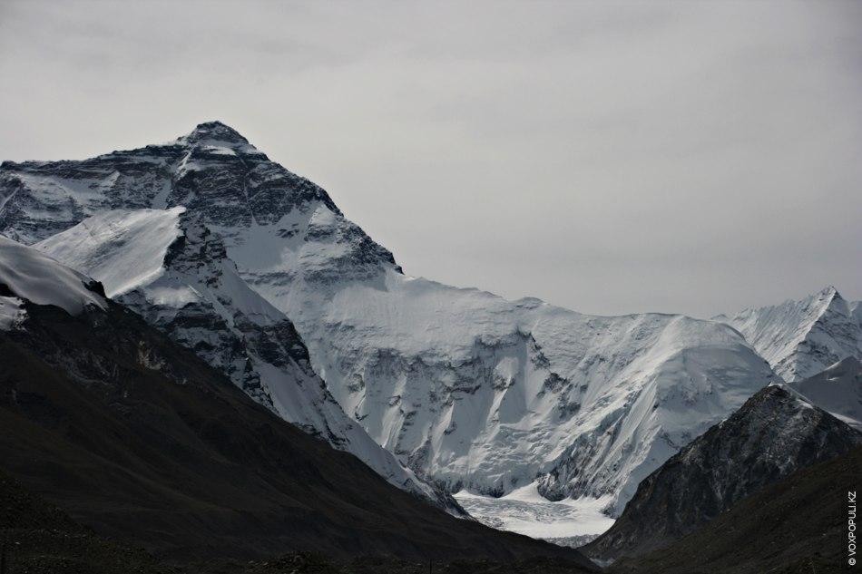 На обратном пути к непальской границе можно посетить северный базовый лагерь Эвереста (высота 5200 м)...