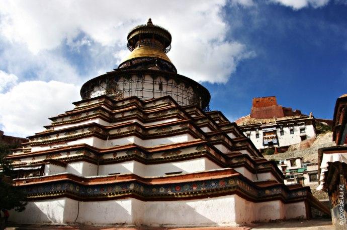 На высоте более 4000 м, рядом с Шигадзе расположен город Гьянтзе, на протяжении столетий занимающий...