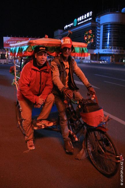 Как и во многих городах Азии, вечером в Лхасе можно прокатиться на велорикше, посетить лавки...