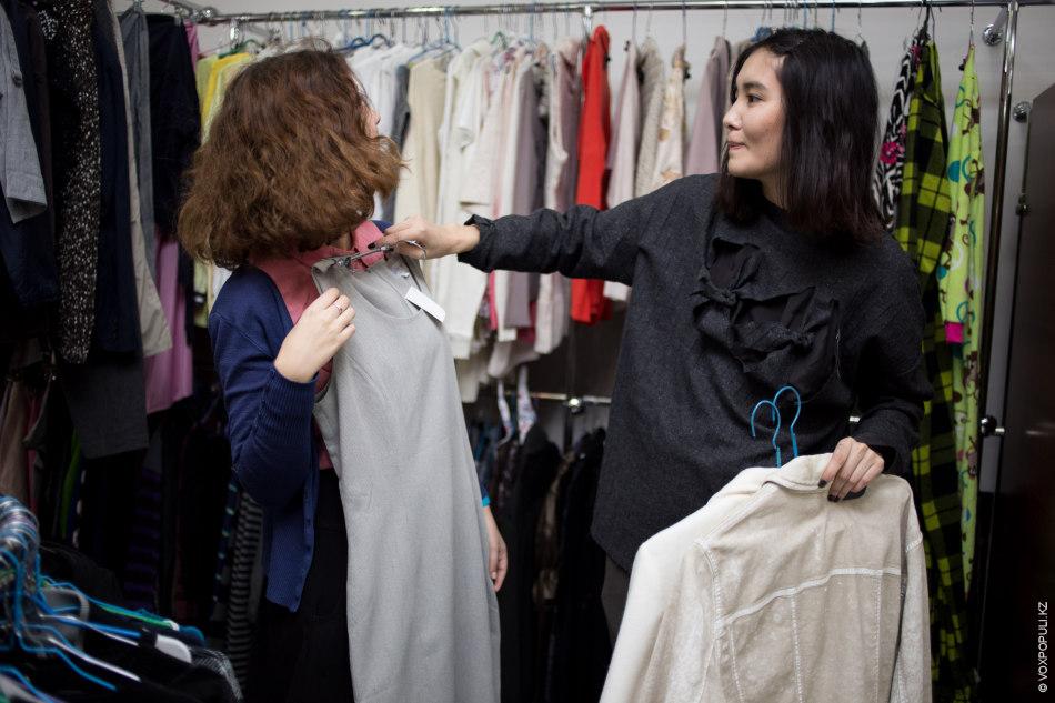 Айдана нашла вещи для первого образа: серое платье из стретча (2200 тенге) и белый байковый...