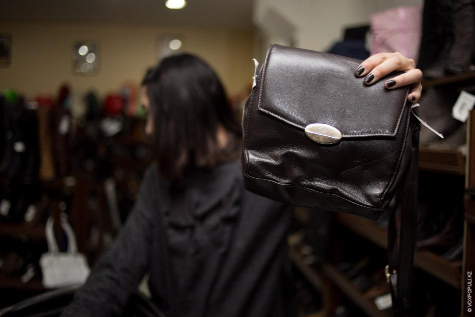 – Смотрите, какая сумочка! – восклицает Айдана. – Думаю, она идеально впишется в любой образ!  Цена...