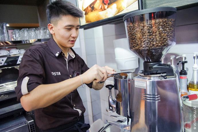 – Это удивительно, но прежде чем кофе дойдет до потребителя, он пройдет тысячу пар рук,...
