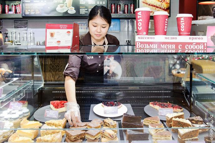 Вместе с ним работают несколько помощников. Дилара расставляет сладости на полках: торты, пироги, маффины и...