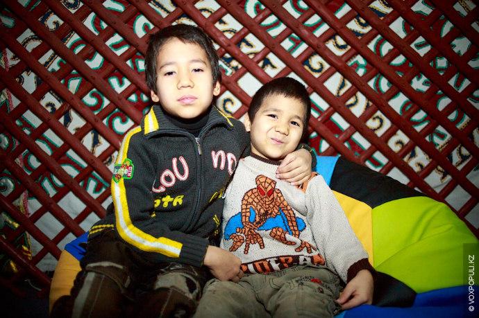 Братья Кажимурат Алишер, 8 лет, и Абжулла-Рахим, 6 лет  Занимаются шахматами, но на Новый год хотели...