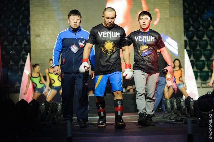 Бой состоит из двух раундов по пять минут с возможностью закончить его досрочно. Первыми бойцовское...