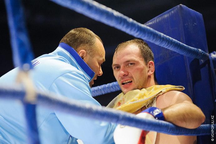 Бой длился два раунда в отличие от большинства пар, закончивших бои досрочно.