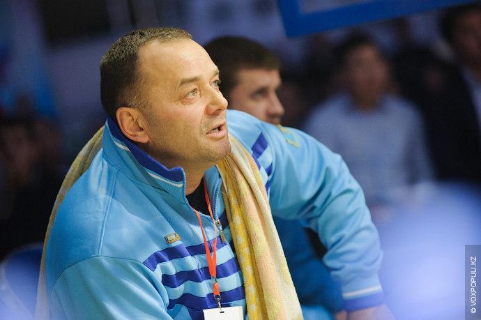 Тренеры внимательно следили за ходом борьбы.