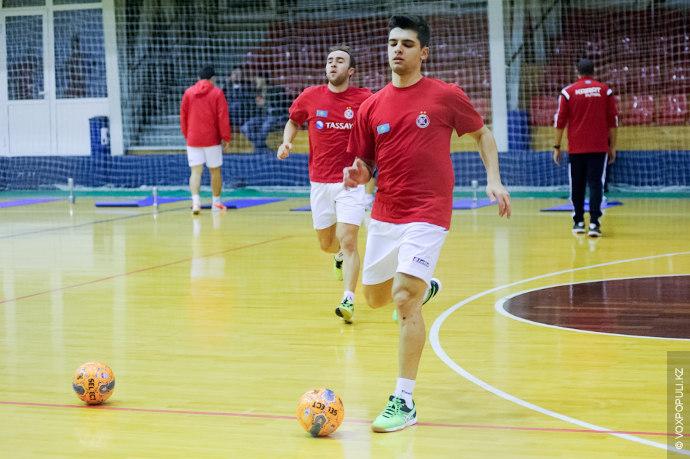 Чтобы отработать навыки взаимодействия в игре, футзалисты устраивают небольшие матчи, разделившись на две команды.